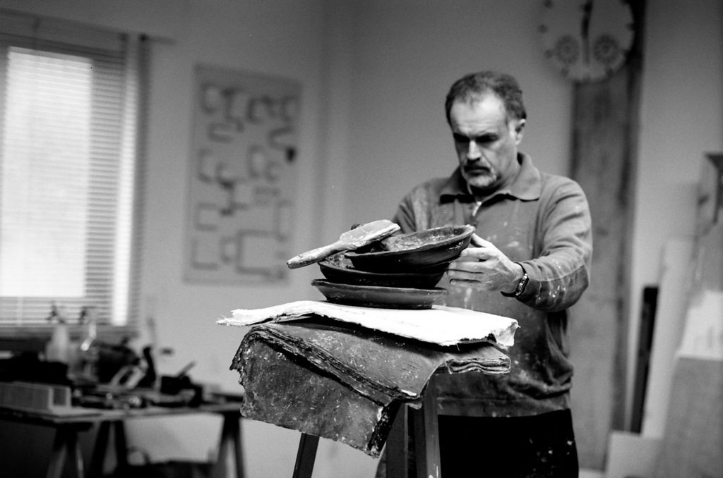 Fotografía del artista plástico Manuel Quintana Martelo, en su estudio.