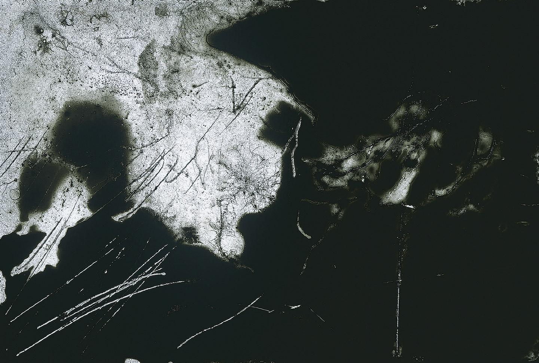 Obra realizada directamente sobre negativo fotográfico de Quintana Martelo, que busca la sensación de movimiento.